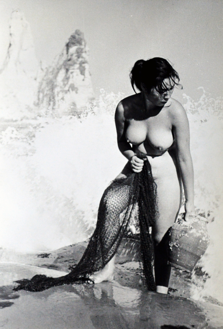 Iw Nude In Water Holding Fishing Net Lr